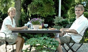 Mai und Claus- Frühstück im Garten
