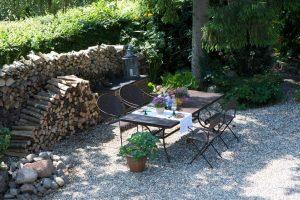 Romantisches Frühstück im Garten